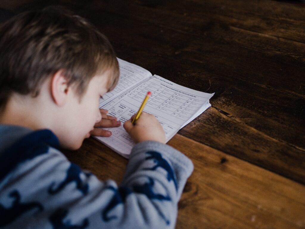 En pojke som räknar matte.