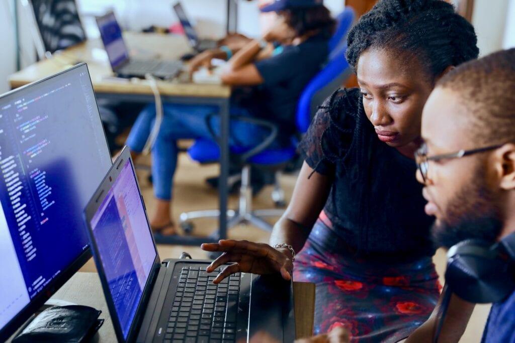 Två ingenjörer som använder en dator.